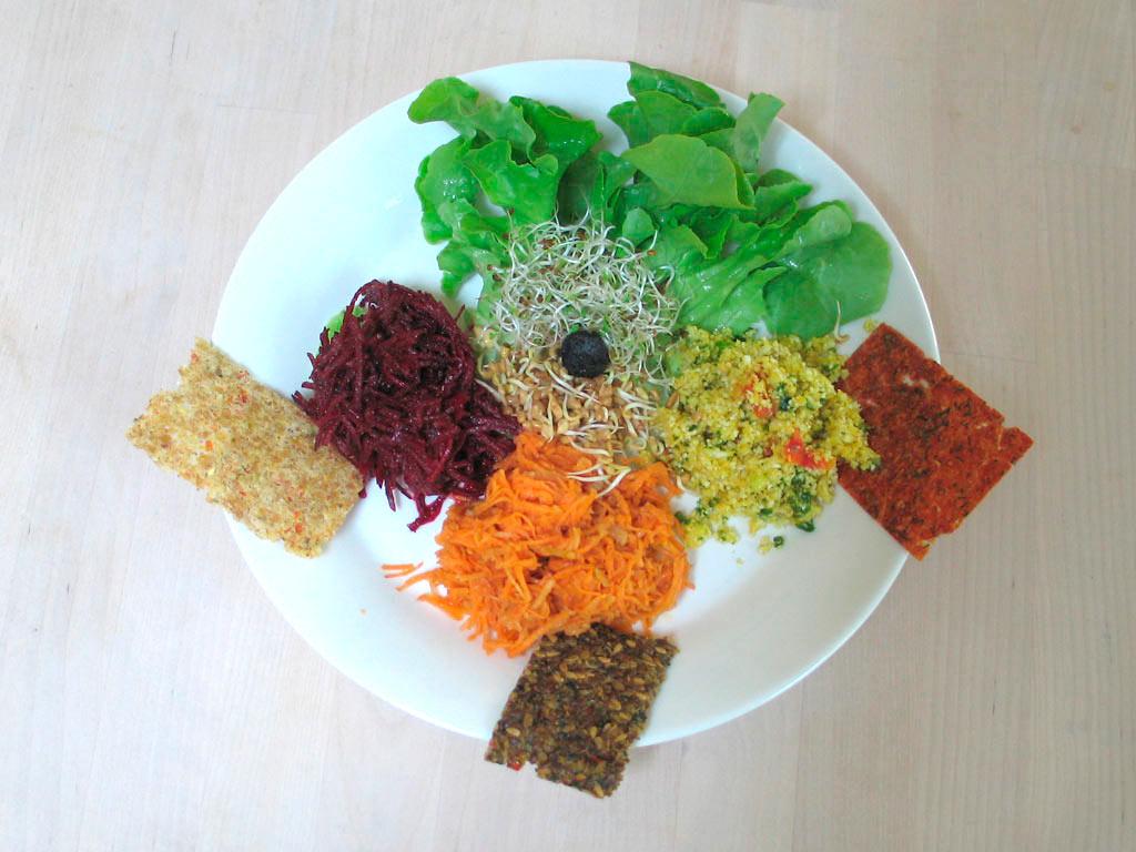 Bunte Salate mit dreierlei Crackern